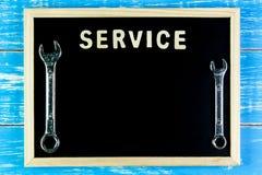 Ξύλινα αγγλικά υπηρεσία και γαλλικό κλειδί αλφάβητου στον πίνακα Στοκ φωτογραφία με δικαίωμα ελεύθερης χρήσης
