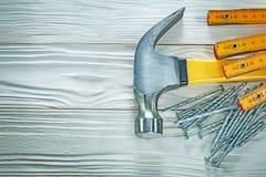 Ξύλινα ανοξείδωτα καρφιά σφυριών νυχιών μετρητών στον ξύλινο πίνακα Στοκ Φωτογραφία