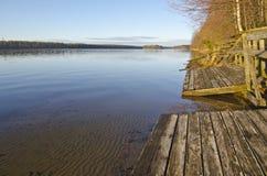 Ξύλινα βήματα από τη σάουνα τέρματος στα σύνορα της λίμνης Στοκ εικόνες με δικαίωμα ελεύθερης χρήσης
