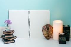 Ξύλινα βιβλία, λουλούδι, ξύλινη μάσκα του Μπαλί, θερμό ελαφρύ κερί και CL Στοκ Εικόνες