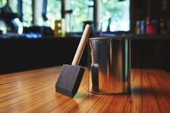 Ξύλινα βούρτσα και βερνίκι λήξης Στοκ φωτογραφίες με δικαίωμα ελεύθερης χρήσης