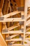 Ξύλινα ζευκτόντα και πιάτα συνδετήρων μετάλλων Στοκ Εικόνα