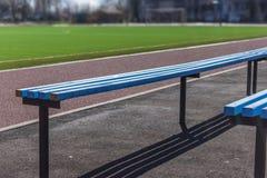 Ξύλινα καθίσματα πάγκων για τους ανεμιστήρες στο αγωνιστικό χώρο ποδοσφαίρου ποδοσφαίρου Στοκ Φωτογραφία