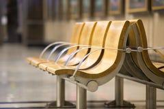 Ξύλινα καθίσματα στο σταθμό Στοκ φωτογραφία με δικαίωμα ελεύθερης χρήσης