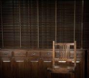 Ξύλινα καρέκλα και στήθος των συρταριών με τους τυφλούς ως υπόβαθρο Στοκ εικόνες με δικαίωμα ελεύθερης χρήσης