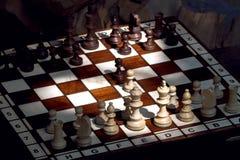 Ξύλινα κομμάτια σκακιού σε μια ξύλινη σκακιέρα υπαίθρια στον ηλιόλουστο στοκ εικόνες