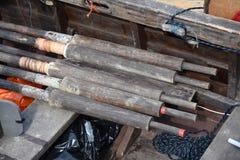 Ξύλινα κουπιά κοντά στο αρχαίο ρωσικό σκάφος - κοράκια Στοκ Φωτογραφίες