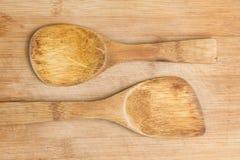 Ξύλινα κουτάλια πέρα από τον τέμνοντα πίνακα Στοκ φωτογραφία με δικαίωμα ελεύθερης χρήσης