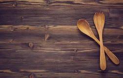 Ξύλινα κουτάλια στο σκοτεινό ξύλινο υπόβαθρο Στοκ φωτογραφίες με δικαίωμα ελεύθερης χρήσης