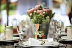 Ξύλινα κουτάλι και βάζο της μαρμελάδας ως επιτραπέζια διακόσμηση στοκ εικόνες με δικαίωμα ελεύθερης χρήσης