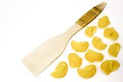 Ξύλινα κουτάλι και ζυμαρικά στοκ εικόνες με δικαίωμα ελεύθερης χρήσης