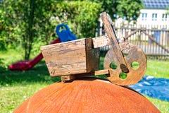 Ξύλινα μηχανικά δίκυκλα deco ηλικίας στον κήπο Στοκ φωτογραφίες με δικαίωμα ελεύθερης χρήσης