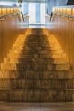 Ξύλινα να ανεβεί σκαλοπάτια με το backlight μέσα σε ένα κτήριο Στοκ εικόνες με δικαίωμα ελεύθερης χρήσης