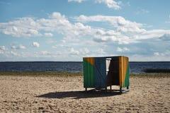 Ξύλινα δοκιμαστήρια θαλαμίσκων στην παραλία στοκ φωτογραφίες με δικαίωμα ελεύθερης χρήσης