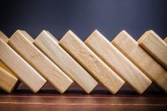 ξύλινα παιχνίδια φραγμών για την επίδραση ντόμινο Στοκ Εικόνες