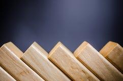 ξύλινα παιχνίδια φραγμών για την επίδραση ντόμινο Στοκ εικόνες με δικαίωμα ελεύθερης χρήσης