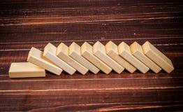 ξύλινα παιχνίδια φραγμών για την επίδραση ντόμινο Στοκ φωτογραφίες με δικαίωμα ελεύθερης χρήσης