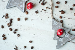 Ξύλινα παιχνίδια Χριστουγέννων στον πίνακα Δέντρο, αστέρι, φασόλια καφέ και καρυκεύματα Αγροτική ανασκόπηση Χριστουγέννων Στοκ εικόνα με δικαίωμα ελεύθερης χρήσης