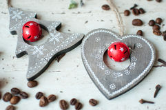 Ξύλινα παιχνίδια Χριστουγέννων στον πίνακα Δέντρο, καρδιά, φασόλια καφέ και καρυκεύματα Αγροτική ανασκόπηση Χριστουγέννων Στοκ φωτογραφία με δικαίωμα ελεύθερης χρήσης