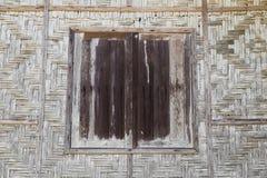 Ξύλινα παράθυρα και χειροποίητη ξύλινη ύφανση καλαθοπλεχτικής στοκ φωτογραφία με δικαίωμα ελεύθερης χρήσης