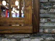 Ξύλινα παράθυρα με το παλαιό ύφος στο καυτό πανδοχείο δοχείων Στοκ Φωτογραφίες