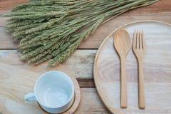 Ξύλινα πιάτο και coffe φλυτζάνι στον ξύλινο πίνακα Με το διάστημα κειμένων Στοκ εικόνα με δικαίωμα ελεύθερης χρήσης