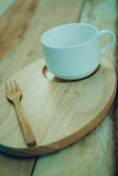 Ξύλινα πιάτο και coffe φλυτζάνι στον ξύλινο πίνακα Με το διάστημα κειμένων Στοκ Φωτογραφία