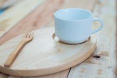 Ξύλινα πιάτο και coffe φλυτζάνι στον ξύλινο πίνακα Με το διάστημα κειμένων Στοκ Εικόνες