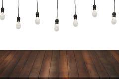 Ξύλινα ράφια και φως λαμπτήρων στο απομονωμένο άσπρο υπόβαθρο Στοκ φωτογραφία με δικαίωμα ελεύθερης χρήσης