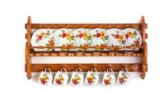 Ξύλινα ράφια με τα πιάτα Στοκ Εικόνες
