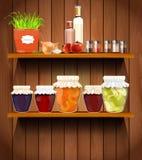 Ξύλινα ράφια με τα τρόφιμα στο οψοφυλάκιο Στοκ Εικόνα