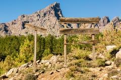 Ξύλινα σημάδια και βουνά στο δάσος d'Albertacce στην Κορσική Στοκ Φωτογραφία