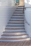 Ξύλινα σκαλοπάτια επάνω στο sundeck του γιοτ πολυτέλειας Στοκ Φωτογραφία