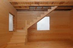 Ξύλινα σκαλοπάτια σοφιτών κάτω από το conctruction Στοκ Εικόνες