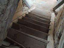 Ξύλινα σκαλοπάτια στο παλαιό εξοχικό σπίτι Στοκ φωτογραφία με δικαίωμα ελεύθερης χρήσης