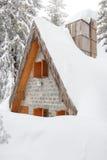 Ξύλινα σπίτια που θάβονται στο χιόνι λόγω της υψηλής χιονοθύελλας χιονιού Στοκ φωτογραφία με δικαίωμα ελεύθερης χρήσης