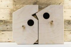 Ξύλινα σπίτια πουλιών διαμορφωμένος των αριθμών σε ένα παλαιό αγροτικό ξύλινο υπόβαθρο σανίδων Στοκ εικόνα με δικαίωμα ελεύθερης χρήσης