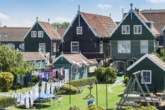 Ξύλινα σπίτια στο αγροτικό χωριό Marken, Ολλανδία Στοκ Εικόνα