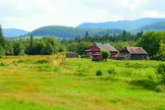 Ξύλινα σπίτια στο πόδι των βουνών Στοκ Εικόνα