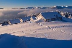 Ξύλινα σπίτια στο χιόνι Στοκ εικόνα με δικαίωμα ελεύθερης χρήσης