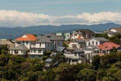 Ξύλινα σπίτια στο λόφο στον Ουέλλινγκτον Στοκ εικόνα με δικαίωμα ελεύθερης χρήσης
