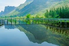 Ξύλινα σπίτι και βουνά, Bueng Bua στο εθνικό πάρκο του Sam Roi Yot, Prachuap Khiri Khan Ταϊλάνδη Στοκ φωτογραφία με δικαίωμα ελεύθερης χρήσης