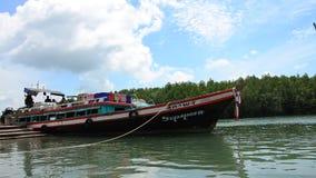 Ξύλινα στέλνοντας αγαθά σκαφών και περιμένοντας επιβάτης στην αποβάθρα Rong κτυπήματος Phuket φιλμ μικρού μήκους