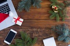 Ξύλινα στοιχεία θέματος Χριστουγέννων άποψης επιτραπέζιων κορυφών και ηλεκτρονικές συσκευές Στοκ Εικόνες