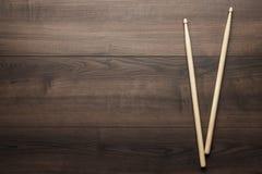 Ξύλινα τυμπανόξυλα στον ξύλινο πίνακα Στοκ Φωτογραφία