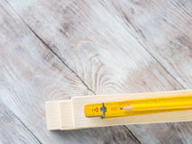 Ξύλινα υλικά και μέτρηση του κίτρινου μολυβιού μετρητών Στοκ φωτογραφία με δικαίωμα ελεύθερης χρήσης