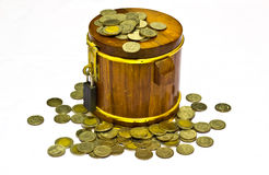 ξύλινα χρήματα βαρελιών για την αποταμίευση Στοκ Εικόνα