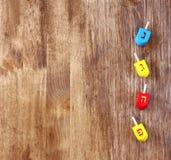 Ξύλινα dreidels για το hanukkah στον ξύλινο πίνακα Στοκ Εικόνα