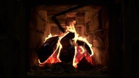 Ξύλινες ακτίνες πυρκαγιάς που καίνε στο ρωσικό φούρνο απόθεμα βίντεο