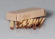 Ξύλινες αντιστοιχίες σε ένα γκρίζο υπόβαθρο Στοκ φωτογραφία με δικαίωμα ελεύθερης χρήσης